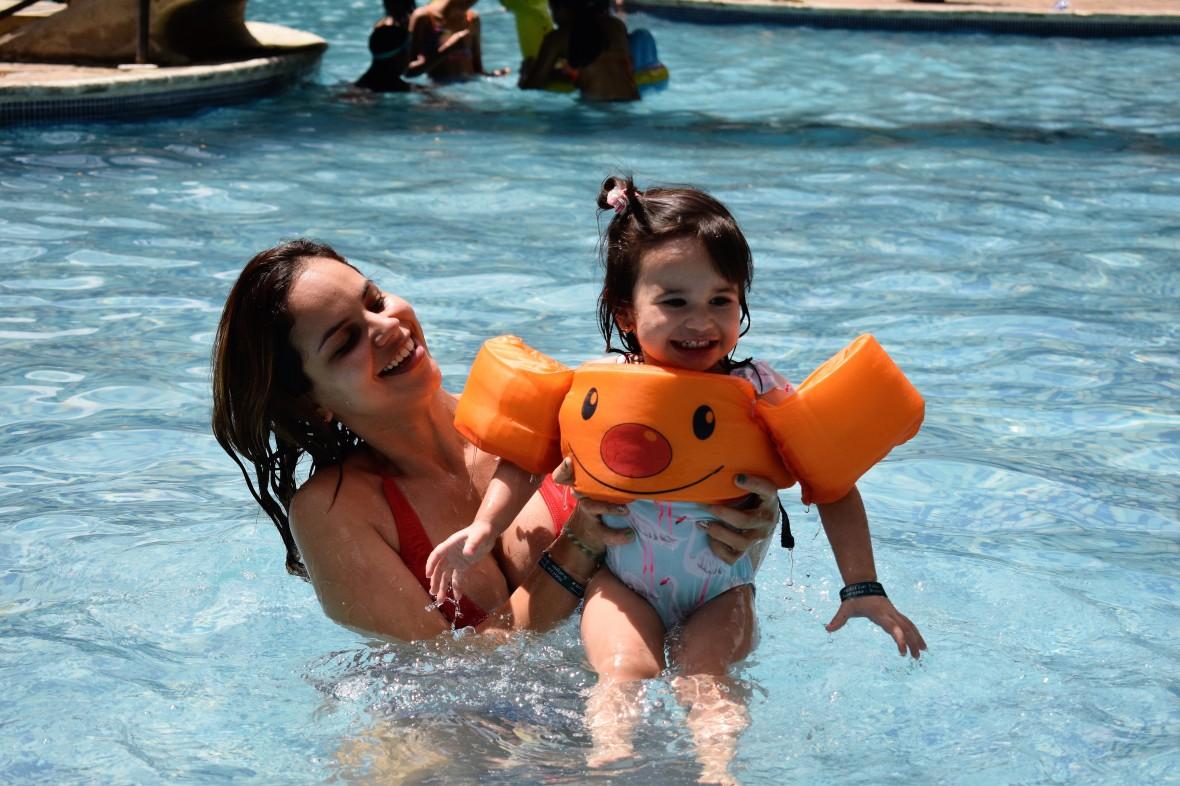 BabyAinara y mami en la Piscina